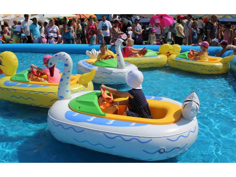 Водный аттракцион - бамперная лодка с аккумулятором.